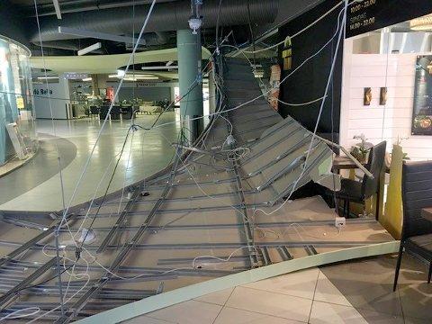 FALT NED: Slik så det ut inne på Amfi-senteret søndag ettermiddag da deler av takkonstruksjonen falt ned.