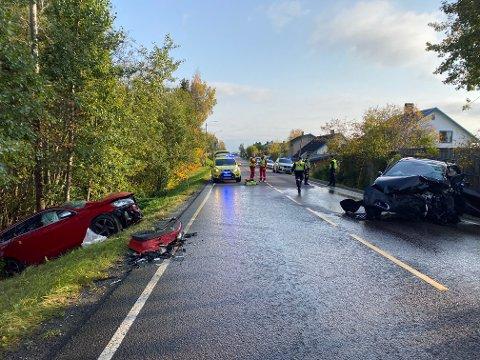 FRONT MOT FRONT: To personer ble fraktet til sykehus etter det kraftige sammenstøtet mellom disse to bilene mandag. Veien ble stengt for all trafikk mens nødetatene ryddet opp.