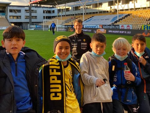 STJERNEMØTE: Rælingens fotballgutter ville alle være med på bilde med Thomas Lehne Olsen etter kamp.
