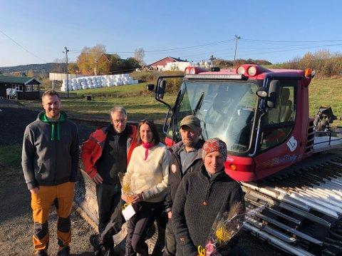 Ole Børger Aas sammen med foreldrene Gudmund og Kari Anne Aas og Ole Christian Aas og Tonje Aas (f.v.). De sørger for skikjøring og skilek i Åslia igjen i vinter.