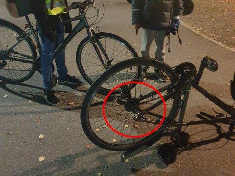 LØSNET: Ettersom at bolten på sykkelhjulet var løsnet, skulle det ikke mye til før hjulet kunne falle av.