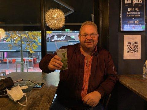 SISTE SKÅL: For Thomas Olsen blir dette den siste drinken ute på byen for en stund. – Jeg synes det er trist, forteller han.