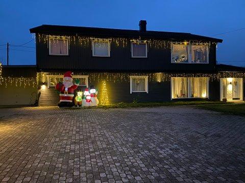 I sommerhalvåret går garasjeplassen til å oppbevare juledekorasjoner.