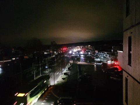Slik ser det ut i Sørumsand sentrum tirsdag ettermiddag, etter at strømmen forsvant for over 1.200 abonnenter. Foto. Indre-tipser