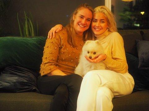 """Birgit Skarstein (tv.) og Helene Spilling ble så gode venninner under """"Skal vi danse""""-innspillingen at de har blitt samboere. Spilling har med seg hunden Bobby på flyttelasset. Foto: Privat"""