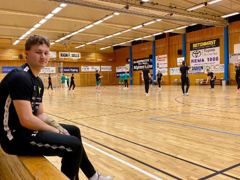 PÅ SIDELINJEN: Som så mange ganger tidligere denne sesongen må Knut Strømsheim se på at lagkameratene hans trener. – Jeg begynner å bli lei nå, innrømmer han.