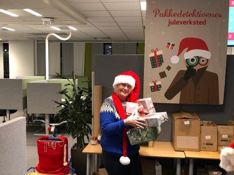 TRAVELT: Åse Marie Lerfald (61) stortrives i jobben som juledetektiv.  Samtidig har hun aldri hatt mer å gjøre.