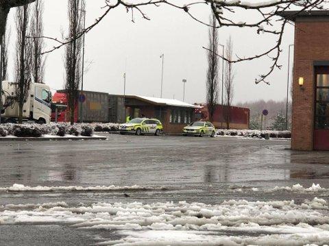 FIKK HJELP: Under trafikkontrollen på Jessheim trafikkstasjon tirsdag, fikk Statens vegvesen bistand fra politiet.