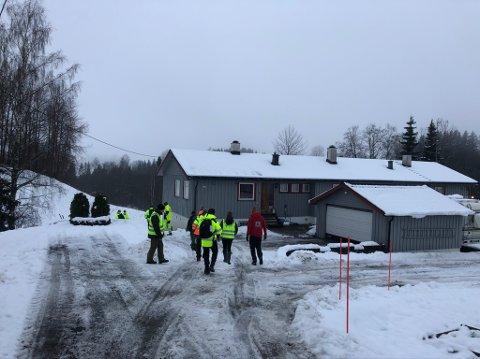 Eksperter fra NVE og NGI på vei ned skråningen mot Leirbekken nedenfor husene hvor de som er evakuert bor.