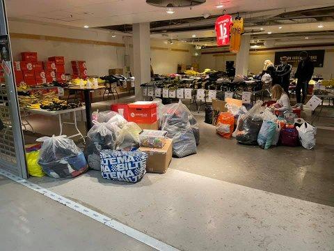 ENORM GIVERGLEDE: Supporterbutikken flommer nærmest over av donerte klær og leker. Foto: Kanarifansen