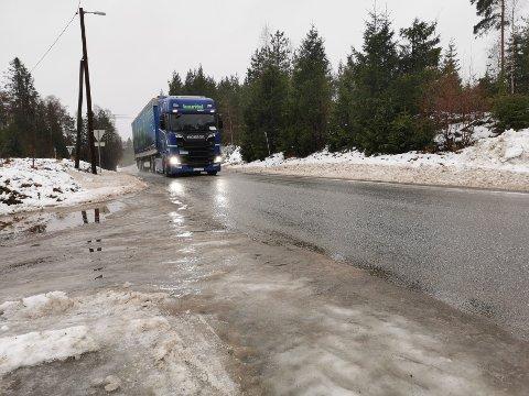 Utenlandsk lastebil på vei mot Gamle Hadelandsveg i Maura.