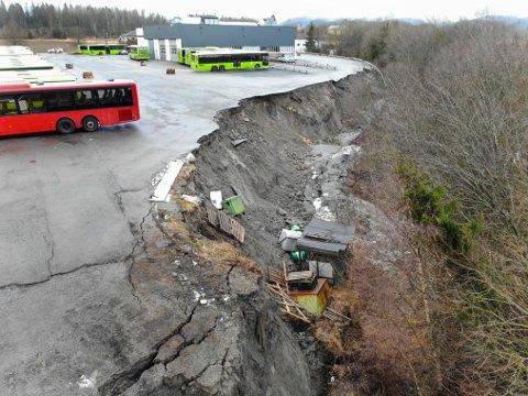 STENGT: Sju boliger med til sammen ni personer er evakuert etter et jordras i Enebakk i Akershus. Raset sperrer en bussgarasje, og lørdag måtte flere ruter innstilles.