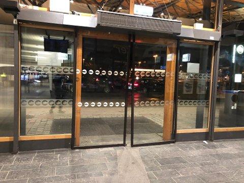ØDELAGT: Døra inn til Lillestrøm stasjon har fått seg en trøkk.