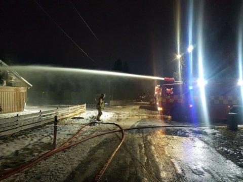 FIKK KONTROLL: Brannvesenet rykket ut med stor styrke til en boligbrann på Råholt natt til lørdag.