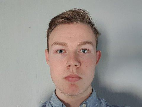 ELEVRÅDSLEDER: Tobias Linding Smedsrud mener skolene kunne blitt stengt før.
