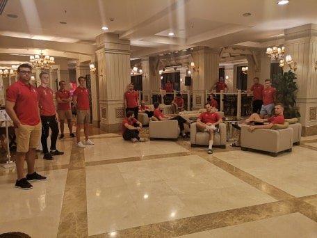 Må vente: Disse Fu/Vo-spillerne på treningsleir i Tyrkia håpet å være hjemme søndag morgen, men kom seg ikke til London. Nå er tirsdag neste mulighet. Etter det blir det også mye vanskeligere å komme seg fra Antalya.