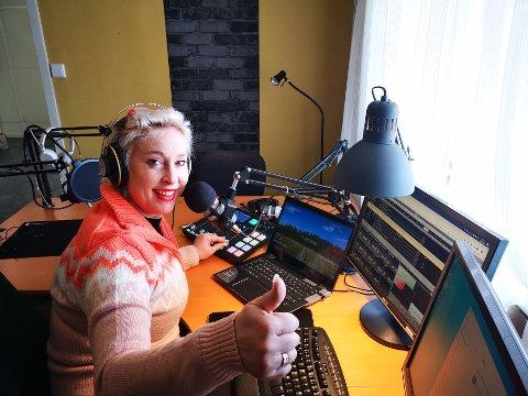 Lise Askvik fra Leirsund er programleder for Radio Vinyl. I disse hjemmekontortider sendte hun ti timer radio i sitt eget hjemmestudio i helgen.