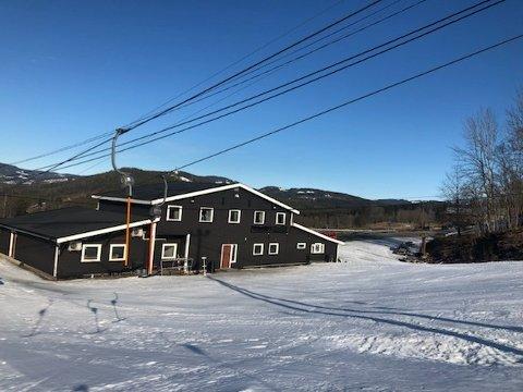 Slik ser det ut ved alpinanlegget Ski Hurdal torsdag formiddag. Eierne av anlegget er forberedt på at det kan bli stille her helt til neste sesong. Foto: Privat