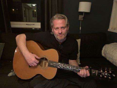 Artisten Asle Beck fra Skedsmokorset går nye veier for glede andre. Fredag kveld holder han konsert på sin offisielle facebookside.