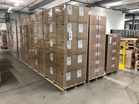 Denne leveransen av 100.000 åndedrettsvern ankom Helse Sør-Østs forsyningssenter torsdag kveld.