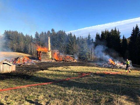 Gressbrannen spredte seg til en falleferdig hytte som til slutt brant ned.