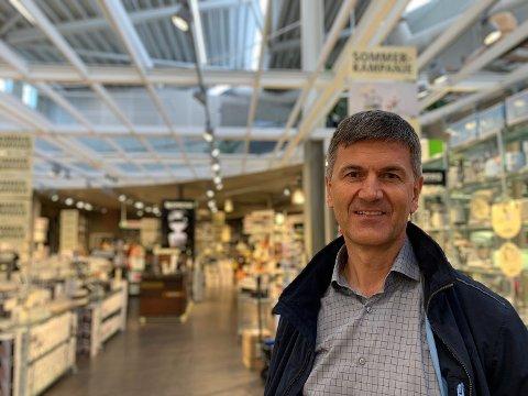 KLARER SEG BRA: Kitchn-sjef Odd Sverre Arnøy tror de klarer seg bra gjennom krisen, men frykter for faghandelen generelt. Foto: Magnus Ekeli Mullis