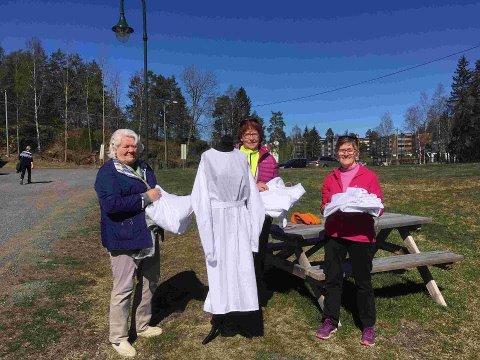 KLAR FOR OVERREKKELSE: Noen av damene fra Lørenskog husflidslag før de første 50 smittevernsfrakkene ble overlevert kommunen mandag.