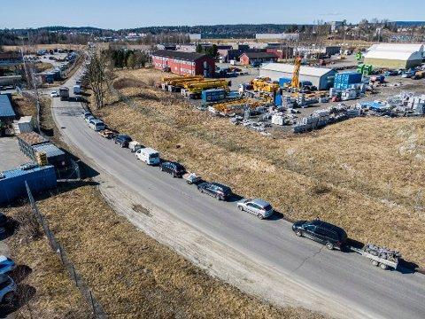 KØ: De siste ukene har det vært enorme køer til Skedsmo gjenvinningsstasjon. Snart er alle stasjonene til ROAF igjen åpne etter å ha vært koronastengt.