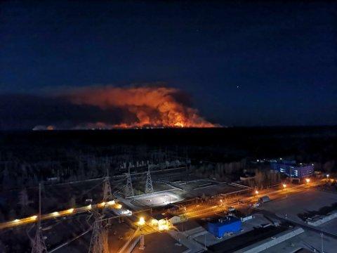 Mens over 1.000 brannmannskaper fortsetter å kjempe mot skogbrannene i Tsjernobyl i Ukraina, ble det søndag markert at det er 34 år siden kjernekraftulykken.
