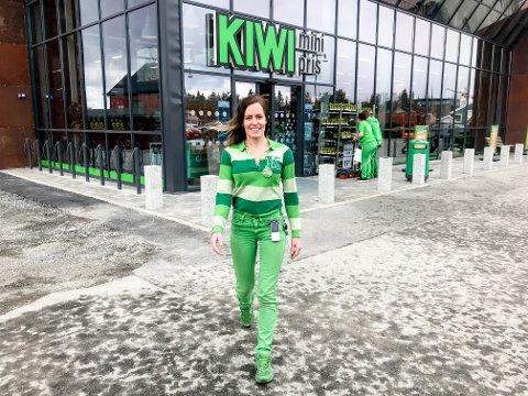 Assisterende butikksjef Katrine Østgård på Kiwi Årnes setter inn kundeverter på de mest travle dagene i påsken. Dette for å regulere antall kunder i butikken.