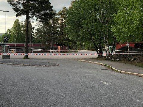 SPERRET AV SKOLEOMRÅDET: I timene etter skyteepisoden tirsdag kveld, gjorde politiet flere undersøkelser ved åstedet. Foto: Pia Charlotte Fredriksen