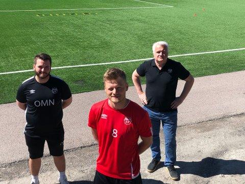 NY SPILLER: Sander Birkeland (foran) er ny i Strømmen-stallen som vil få flere nye spillere de kommende dagene ifølge trener Ole Martin Nesselquist (t.v.) og daglig leder Harald Gjervik.
