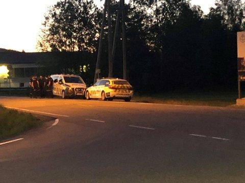 ULYKKE: Politiet lette etter to menn etter at en bil kjørte av veien søndag kveld. Først fire timer etter ulykken, dro de fra stedet.