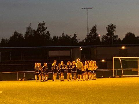 SAMMEN: I natt møttes 19 av jentene til LSKs J17-lag for å spille kamp mot hverandre.
