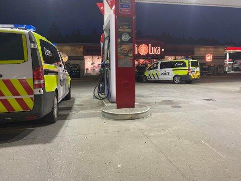PÅGREPET: Politiet stilte med to patruljebiler og tok mannen i 20-åra med til blodprøve etter å ha stoppet ham på en bensinstasjon på Jessheim.