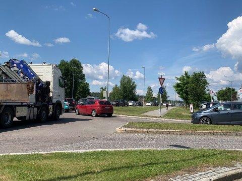 KØ: Allerede ved E6 starter køen inn mot Skedsmokorset ved 14.30-tida. Foto: Kine Tømmerdal