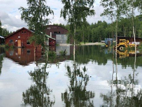 UNDER VANN: Vannet har steget i hele Gudbrandsdalen mandag. Her i Skjåk.