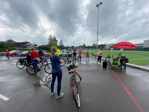 VEKSLENDE VÆR: Flere trosset regnet og deltok på SVs sykkelsafari i Lørenskog søndag.