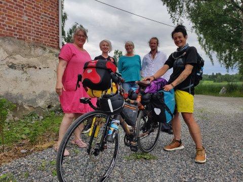 Rose fikk møte folkene bak teaterstykket Trollpinnen da hun ankom Huser  etter mange mil på sykkel.