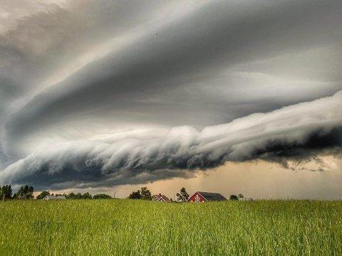 Fotovinner i uke 25 og månedsvinner for juni:  Et flott bilde av de faretruende skyene som farer over Gjerdrum. Linjene i skyene og i åkeren gir bildet en egen dynamikk, og et flott lys på husene i bakgrunn. Veldig bra!