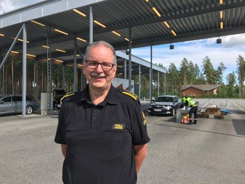 STOPPER ALLE: Har du tenkt deg over til Sverige i morgen, må du beregne kø på veien tilbake, sier fungerende seksjonssjef Bjørn Hansrud: - Alle som reiser tilbake fra Sverige i morgen, blir stoppet, sier han.