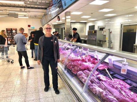 """ET SKRITT TILBAKE: Daglig leder ved Eda Supermarket, Mariann Collin, går en uviss framtid i møte. Smittetallene øker, og det er kroken på døra for """"harryhandel"""" inntil videre. ."""