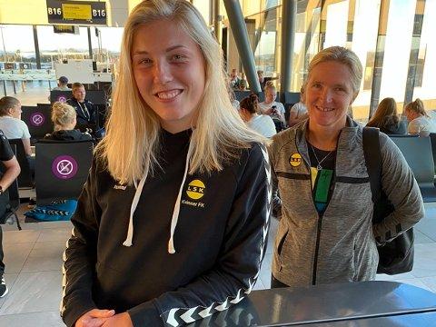 MATCHVINNER: Sophie Roman Haug og trener Hege Riise (i bakrgunnen) var fornøyde etter å ha fått med seg 3 poeng på flyet hjem fra Bergen.