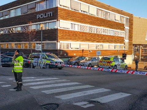 Deler av politihuset i Ski ble evakuert etter bombefunnet i desember 2018.