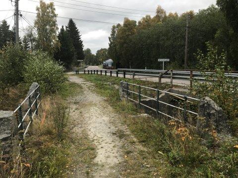GRAVES OVER: Her, mellom Gansvika og Dalen kirke, graves riksvei 22 opp for å bytte ei stikkrenne. Det medfører at veien stenges helt fra torsdag til mandag..