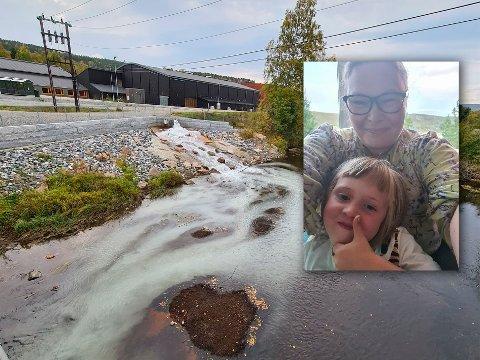FARGET VANN: Det var da Gro Reinertsen og datteren Mathilde (5) gikk tur at de oppdaget det hvit-fargede vannet som rant ut i Nitelva, like ved byggeplassen på Elvetangen.