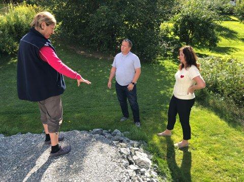 Lillian Buer viser Frp-politikerne Ståle Lien Hansen og Liv Gustavsen høydeforskjellen på den oppfylte plassen ved den nye innkjøringen til eiendommen og tomta. Nå medgir byggelederen at hun har rett.