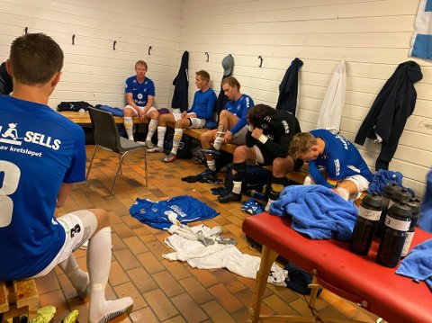 En skuffet gjeng fra Eidsvold Turn hadde ikke mye grunn til å smile i garderoben etter 4-2-tapet mot Brattvåg. Fra venstre ser vi Herman Henriksen, Kristoffer Trandum Nordlie, Ulrich Ness, Hågen Einang og Johan Kolbjørnsrud.