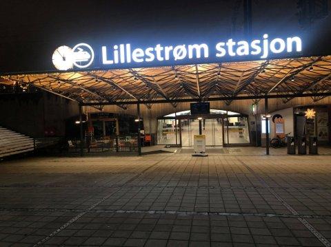 Fredag kveld skal en guttegjeng har skutt fyrverkeri mot tilfeldig forbipasserende ved Lillestrøm stasjon. Da RB var på stedet kort tid etterpå, var det stille på stedet.