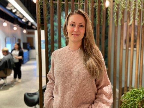 GODT Å VÆRE TILBAKE: Stine Sommerseth, daglig leder i Hairport i Fokus, synes det er godt å være tilbake i salongen, etter at en vannlekkasje førte til stenging før jul.